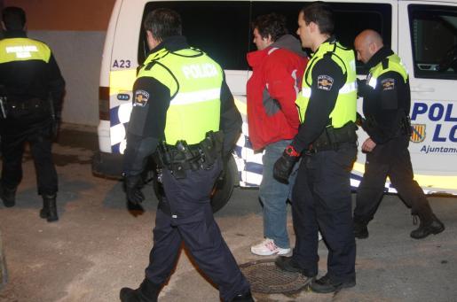 Imagen de los agentes de la Policía Local de Palma custodiando al detenido. g Foto: VASIL VASILEV