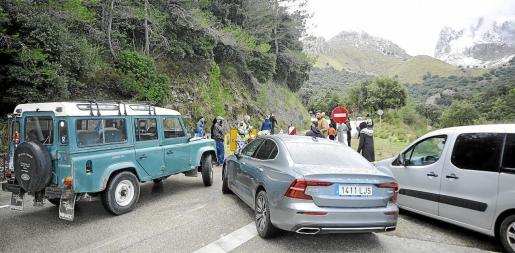 La carretera de la Serra, cortada al tráfico y con aluvión de coches durante el pasado fin de semana. Foto: C. VIERA