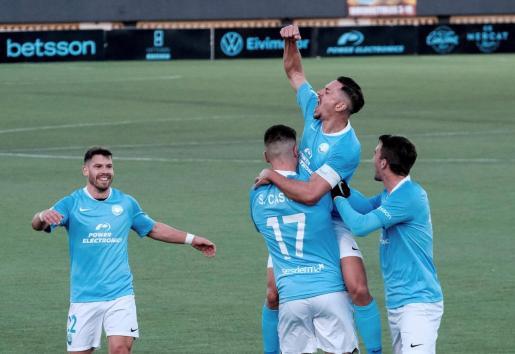 El delantero de la UD Ibiza, Sergio Castel, celebra con sus compañeros tras marcar un gol ante el Celta.