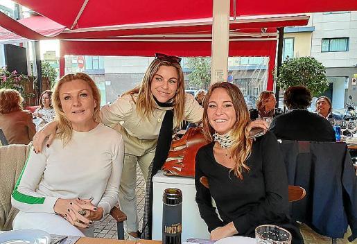 En la mesa, Geraldine Carré-Bauer con María Juan de Sentmenat y Susie Bellafont.