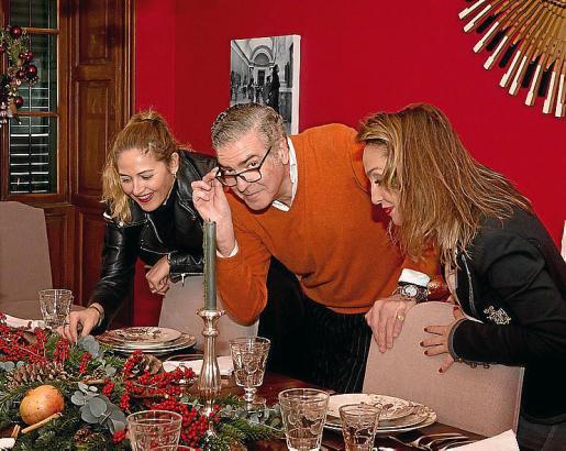 Revisando la mesa de Navidad con sus creadoras.