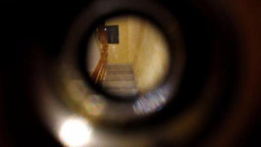 Las mujeres grabaron a través de la mirilla algunas de las amenazas y acoso sufrido.