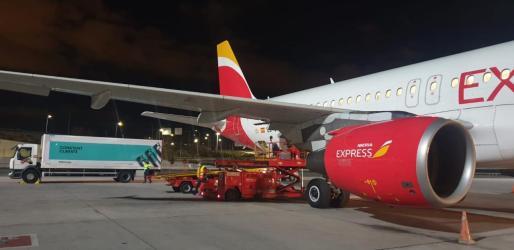 Este avión de Iberia Express tomó tierra en el aeropuerto de Palma el pasado lunes por la noche con un cargamento de vacunas de Pfizer procedentes de Madrid.