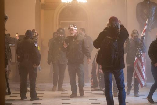 Seguidores de Donald Trump son repelidos con gas lacrimógeno tras irrumpir en el Capitolio de los Estados Unidos durante unas protestas en Washington (Estados Unidos).