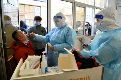 Un sanitario toma una muestra de hisopo de un residente durante una prueba masiva de ácido nucleico tras un brote reciente de enfermedad por coronavirus (COVID-19) en Shijiazhuang, provincia de Hebei.