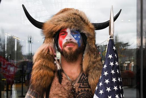 Un hombre disfrazado de bisonte, con un gorro con cuernos y sin camiseta presidió momentáneamente el Senado de EE.UU., puño en alto, en medio del caos.
