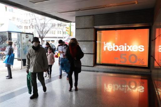 Varias personas acuden a un centro comercial de Palma.