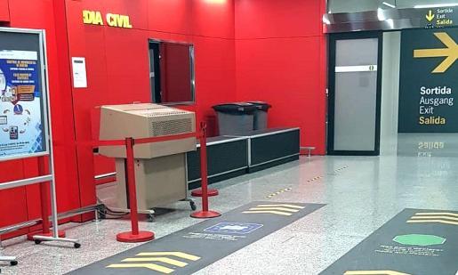 La sala de llegadas del aeropuerto se ha remodelado para adaptarla al 'Brexit. Todos los pasajeros pasan ahora por una única salida ubicada en la zona central, que cuenta con un puesto aduanero controlado por la Guardia Civil.