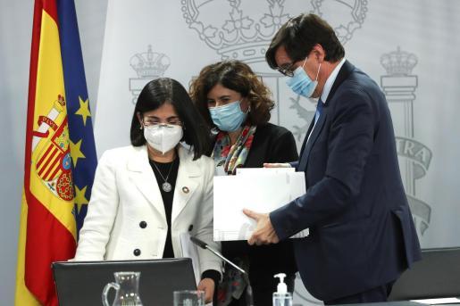 El ministro de Sanidad, Salvador Illa, la ministra de Política Territorial y Función Pública, Carolina Darias (i) y la doctora María José Sierra, del Centro de Coordinación de Alertas y Emergencias Sanitarias.