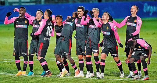Los jugadores del Real Mallorca, durante la tanda de penaltis que desembocó en la eliminación copera en Fuenlabrada el pasado miércoles.