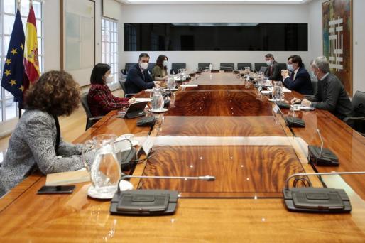 El jefe del Ejecutivo, Pedro Sánchez (3i), preside este viernes en Moncloa la reunión del Comité de seguimiento del coronavirus.