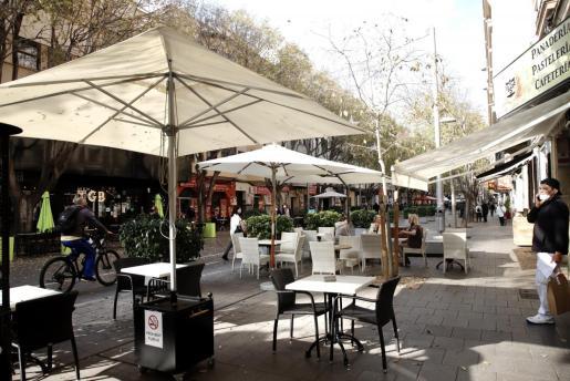 Restauración CAEB ha reiterado en una nota, que bares, restaurantes y cafeterías cumplen correctamente con las «duras» medidas restrictivas anunciadas hace unas semanas, como el cierre de las terrazas a las 18.00 horas y del interior de los locales.