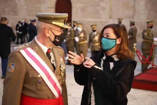 Francina Armengol habla con el comandante general de Balears, Fernando García Blázquez durante la celebración de la Pascua Militar.