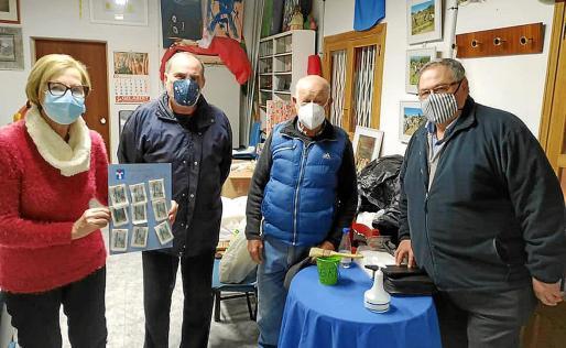 Miquela Cladera junto al artista local Ferran Pizà, Xim Serra y el rector de sa Pobla, Felip Salvador Díez.