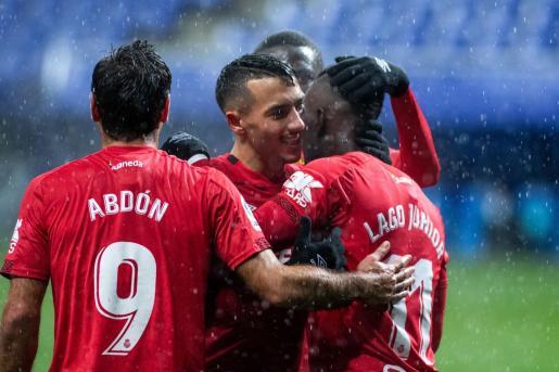 Antonio Sánchez y Abdón felicitan a Lago tras el gol que anotó ante el Oviedo la pasada jornada liguera.
