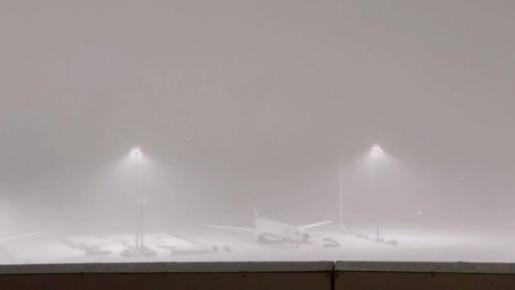 Nieva de forma copiosa ahora en #Madrid Barajas... https://t.co/i2XhAqpMFD