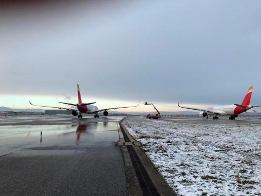Más de 60 aviones de las compañías que operan en Barajas tuvieron que pasar ayer y desde las 12 de la mañana de hoy por las dos bases de deshielo.