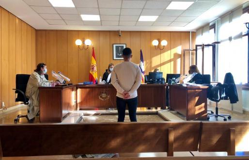 El joven, en el juicio, en una sala de lo Penal nº6.