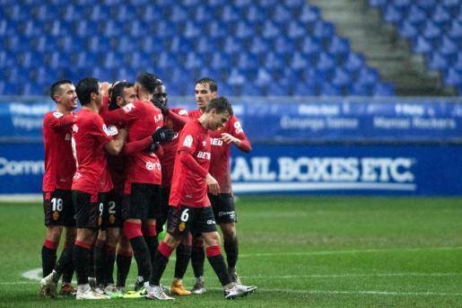 Los jugadores del Mallorca felicitan a Sastre tras marcar ante el Oviedo.
