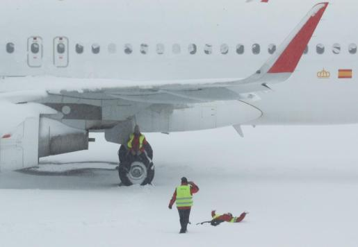Tres operarios en el aeropuerto de Madrid.