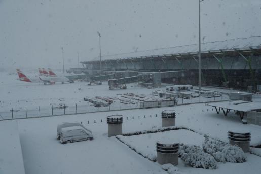 El aeropuerto de Barajas está cerrado por la nieve.