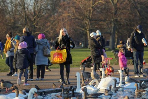 Mientras tanto, los parques siguen llenos de gente.