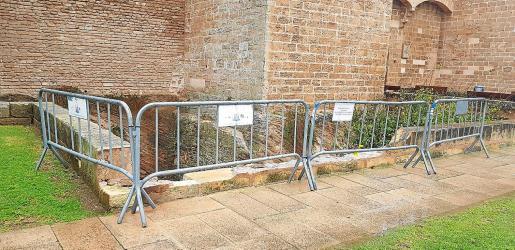 La zona del foso que será restaurada está precintada pendiente de la adjudicación de las obras de reconstrucción.