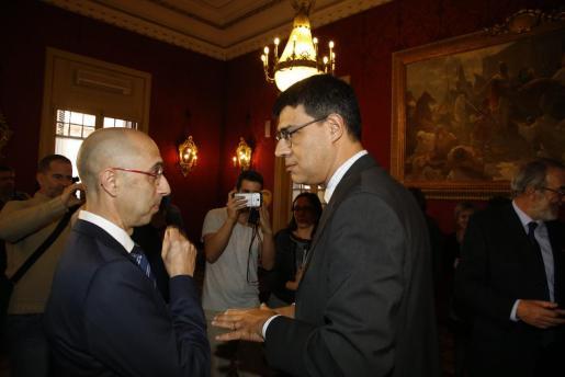 Las miradas de dos 'fiscalizadores'. A la izquierda, Jaime Far, director de la 'Oficina Anricorupció' y a la derecha, Joan Rosselló. La imagen es del día que el primero tomó posesión, en enero de 2018.