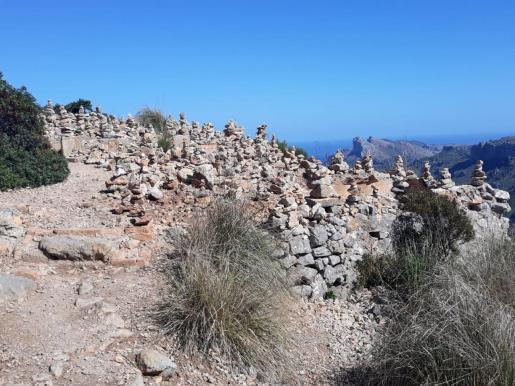 Numerosos montículos de piedras en una zona montañosa de Mallorca.