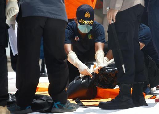Indonesia trata de recuperar las cajas negras del avión siniestrado
