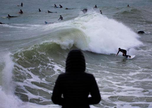 Multitud de surfistas aprovecharon este domingo los efectos del temporal Filomena en el litoral barcelonés del Maresme, en el que se han producido olas de mas de 3 metros.
