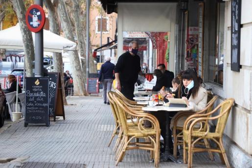 Ciudadanos, este lunes, en la terraza de un bar de Palma.