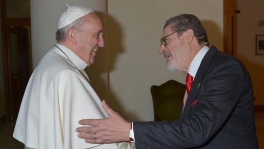 Imagen de archivo donde aparecen el papa Francisco y su médico personal, recientemente muerto por COVID.