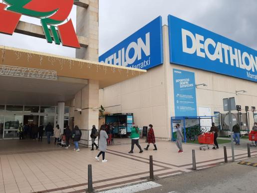 Colas este lunes a las puertas del centro comercial de Marratxí.