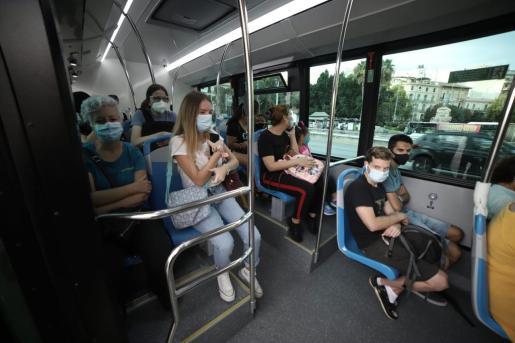 Usuarios, en el interior de un autobús de la EMT.