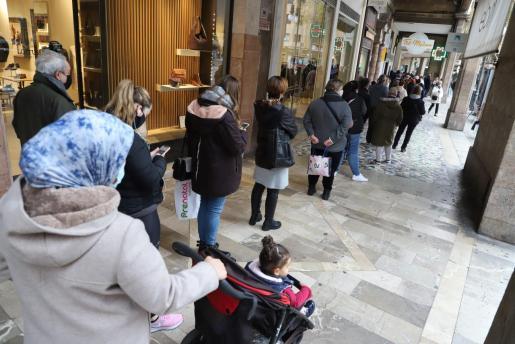 En Palma se han formado largas colas desde primera hora de este lunes para acceder a los centros comerciales y grandes establecimientos, ante el cierre a partir del miércoles.