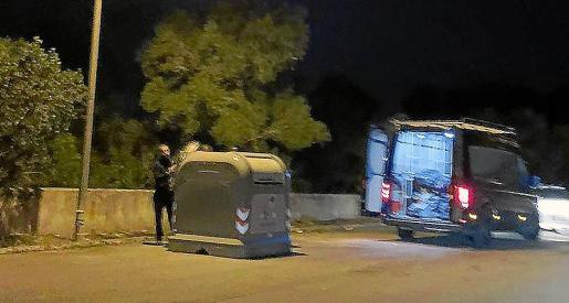 Con una furgoneta llena depositaba escombros en un contenedor.