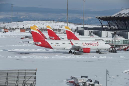 El aeropuerto Madrid-Barajas pudo comenzar este lunes a operar con dos pistas para restablecer el tráfico.