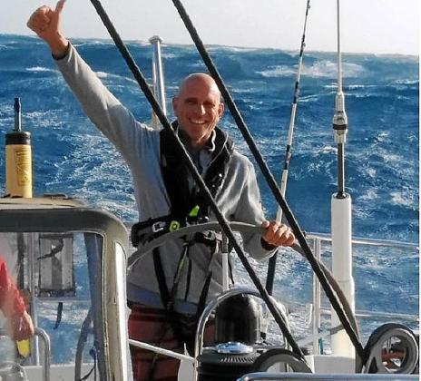 Juanlu Serra, a los mandos del timón del 'Ocean Phoenix'.