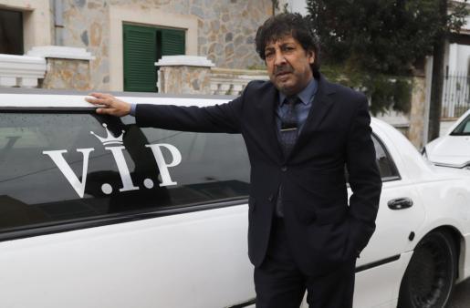 Alfonso, portavoz del clan de 'Los Pelúos', junto a su limusina VIP en Son Gotleu .