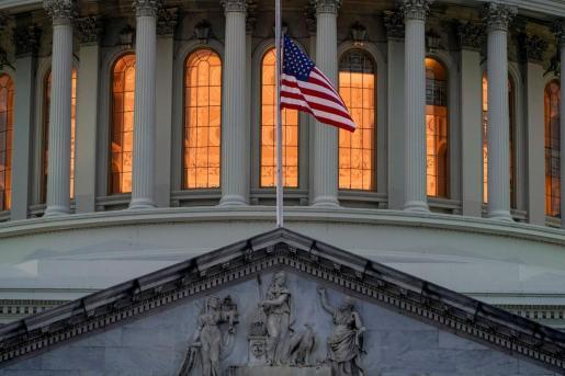 Una bandera, a las puertas del Capitolio.