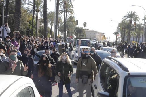 Multitud de personas protestan en el Paseo Sagrera por el cierre de la restauración.