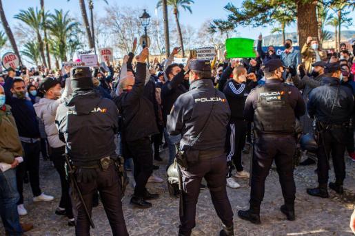 Protestas de los trabajadores del sector de la restauración contra las restricciones en Mallorca.