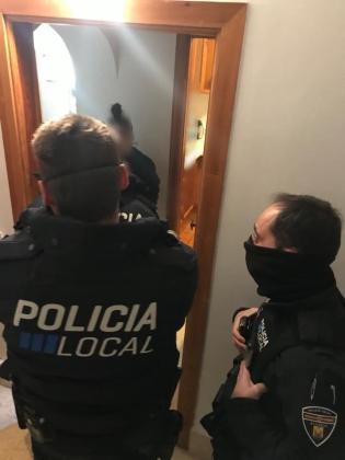 La Policía Local de Alcúdia ha sancionado a cinco personas por montar una fiesta.