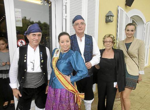 Fernando Garrido, Patricia Garrido, reina mayor 2012; José Manuel del Pozo, presidente del Centro Aragonés de Mallorca; Meli Blázquez y Lara García.