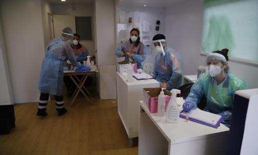 Personal sanitario durante un cribado en Palma.