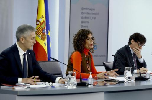 La ministra de Hacienda y portavoz del Gobierno, María Jesús Montero, y los titulares de Interior, Fernando Grande Marlaska y Sanidad, Salvador Illa.