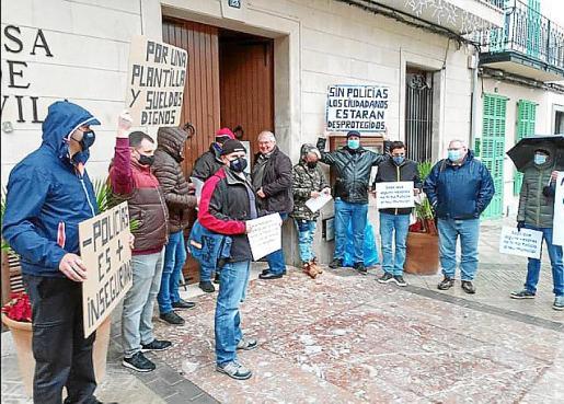 Los agentes recibieron al alcalde con pancartas.