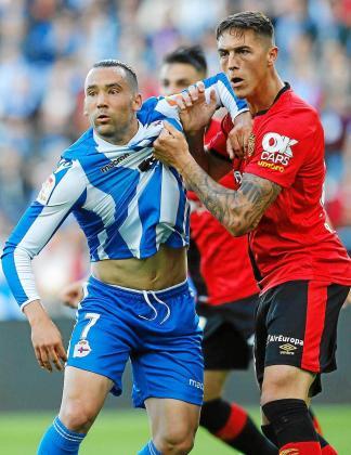 Quique González pelea por la posición con Raíllo durante su etapa como futbolista del Deportivo.