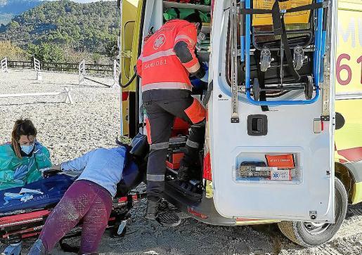 Personal sanitario del SAMU-061 atendiendo a la víctima en la pista.